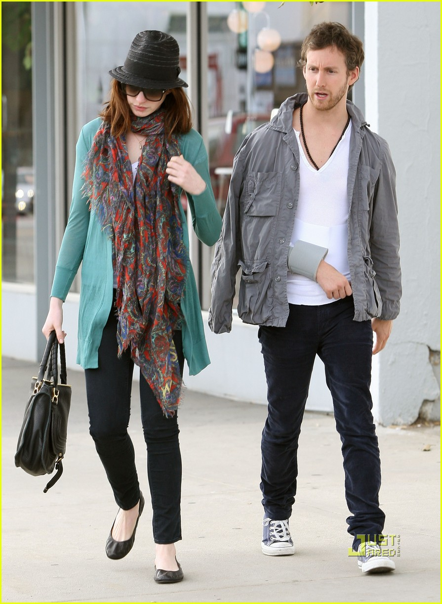 anne hathaway adam shulman furniture shopping 08