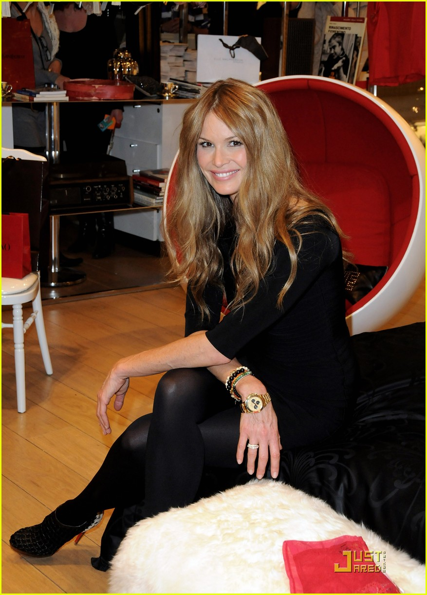 elle macpherson host of britains next top model 08