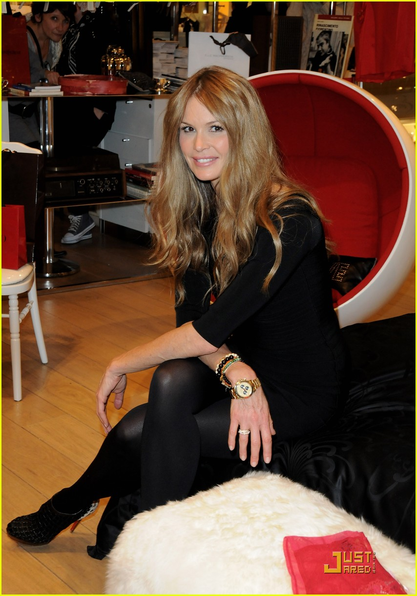elle macpherson host of britains next top model 10