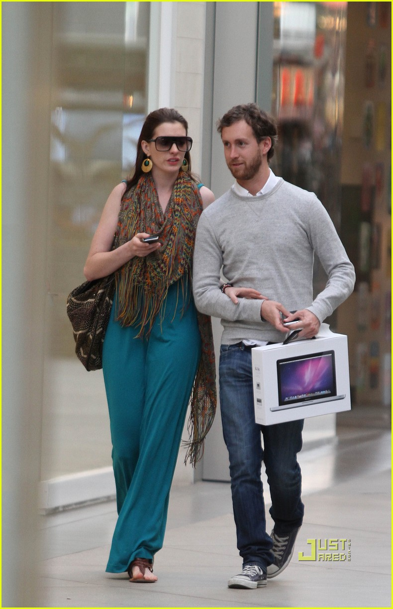 anne hathaway adam shulman apple store 02