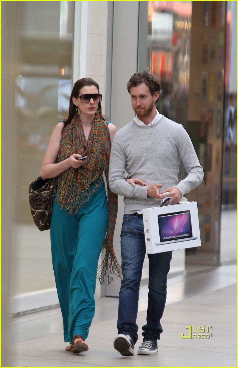 anne hathaway adam shulman apple store 10