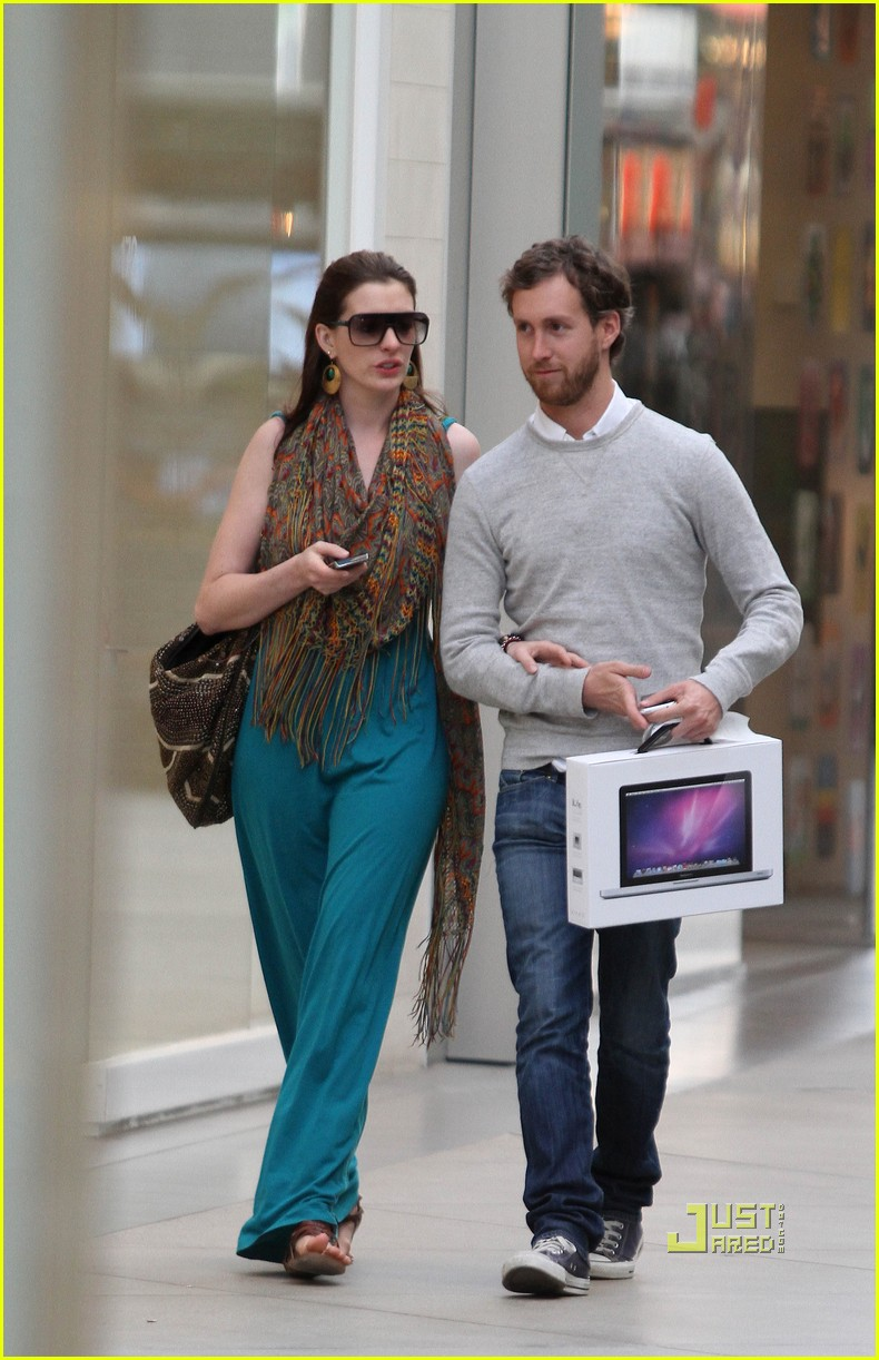 anne hathaway adam shulman apple store 11