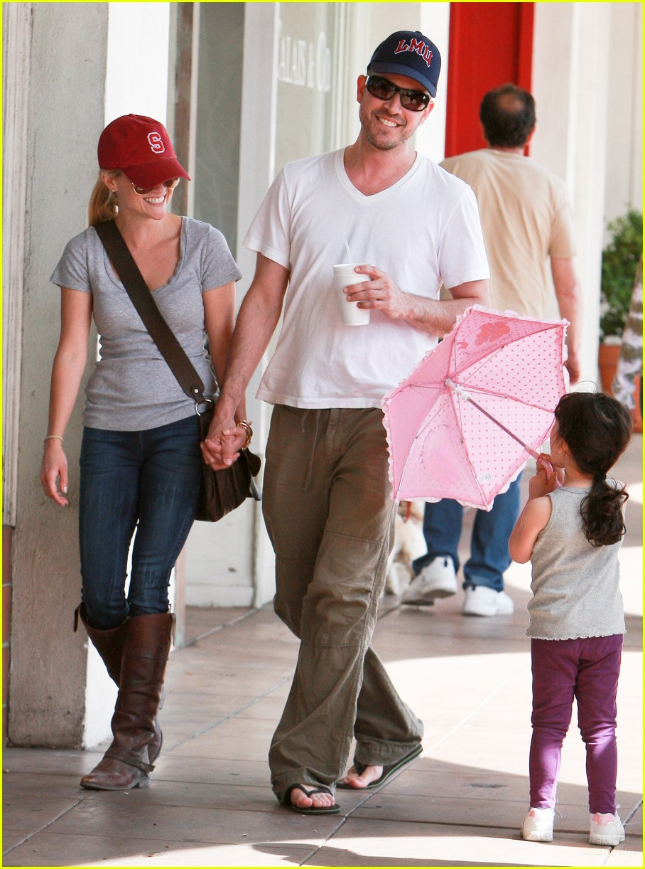 reese witherspoon jim toth holding hands 012436215