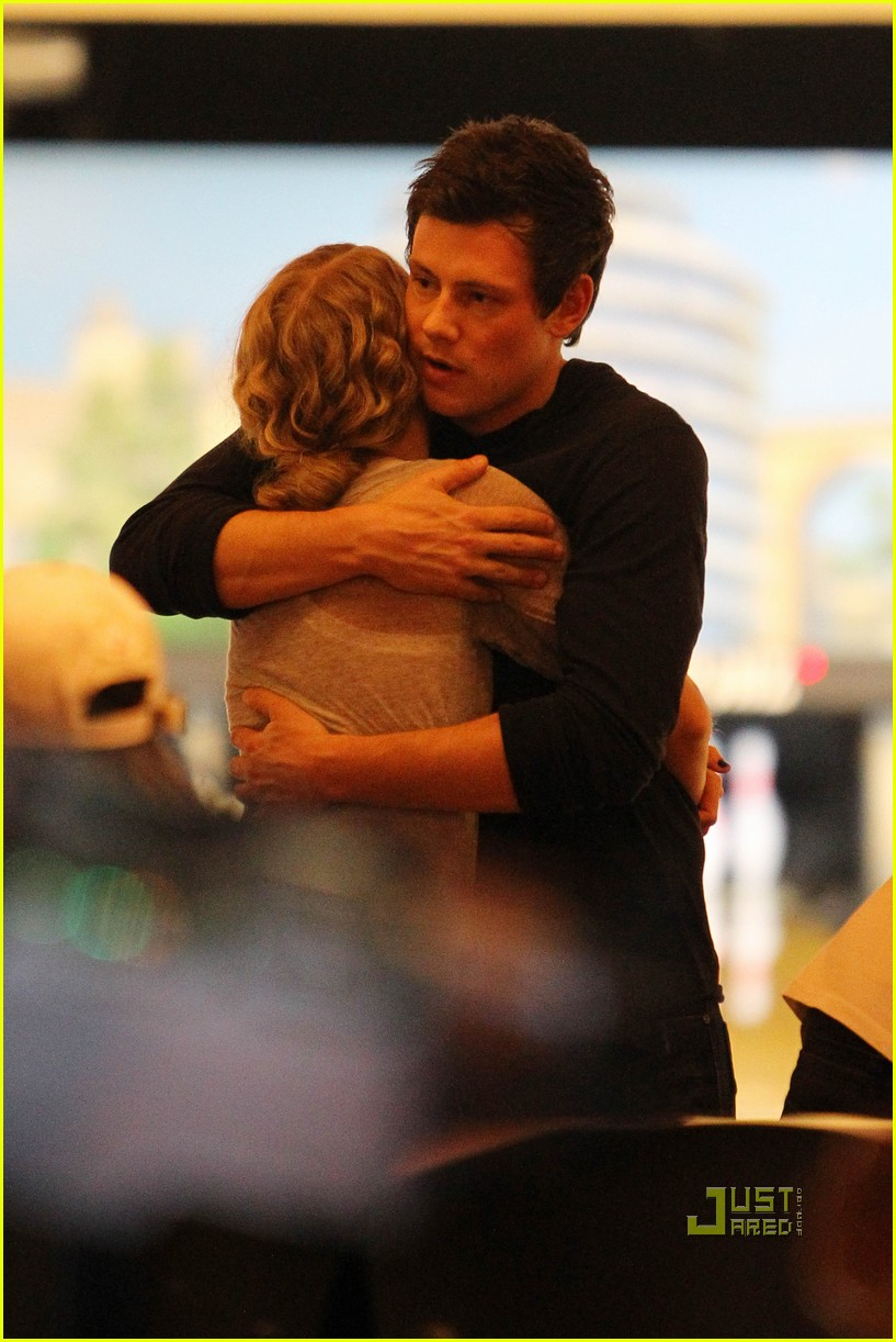 taylor swift cory monteith hug bowling alley 18