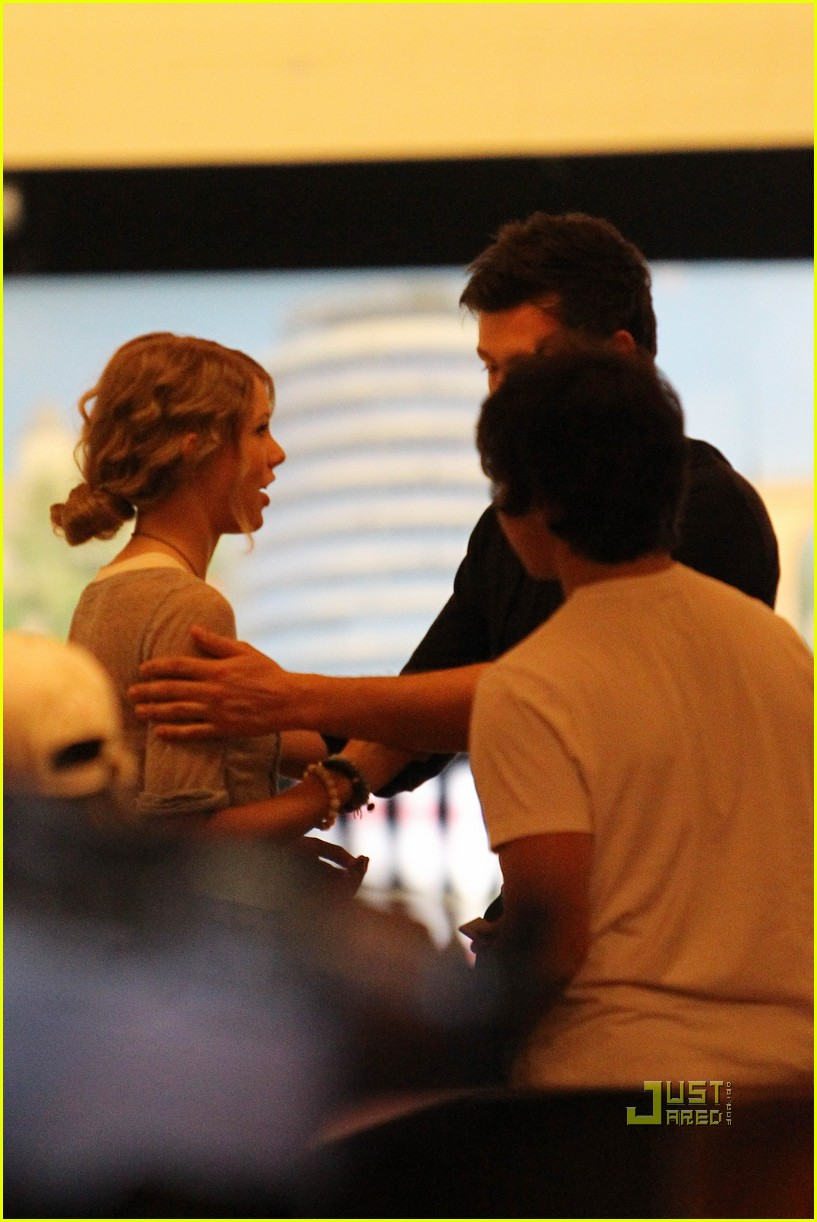 taylor swift cory monteith hug bowling alley 202437027