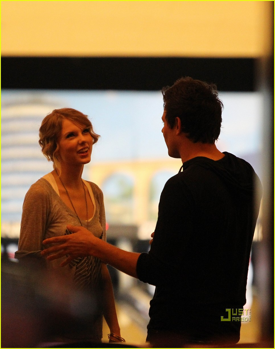 taylor swift cory monteith hug bowling alley 252437032