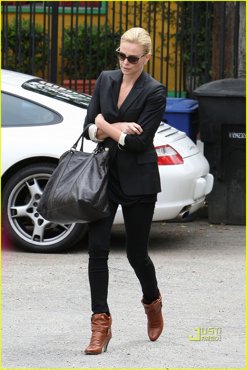 charlize theron gym lakers game 02