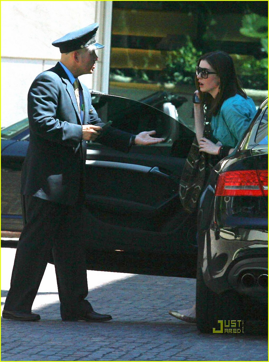 Full Sized Photo Of Anne Hathaway Peninsula Beverly Hills 01 Photo 2441001 Just Jared