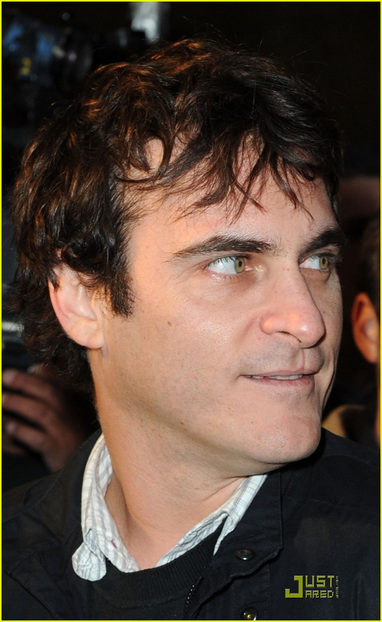 joaquin phoenix exit through the gift shop 04