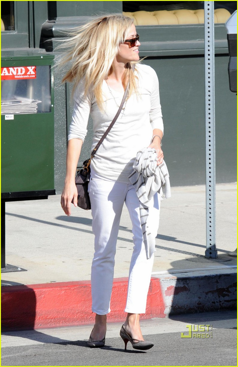 reese witherspoon white outfit brentwood lunch 03 Reese Witherspoon