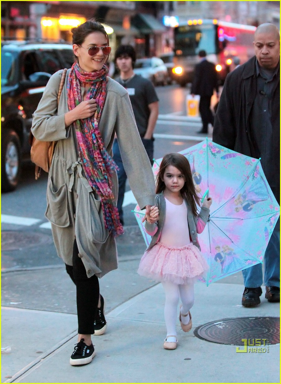suri cruise umbrella new york 03