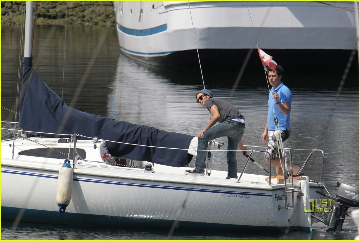 zac efron sailing vancouver 01