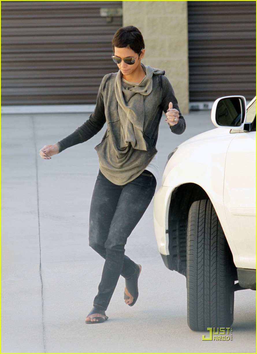halle berry gets down and dirty 212453338