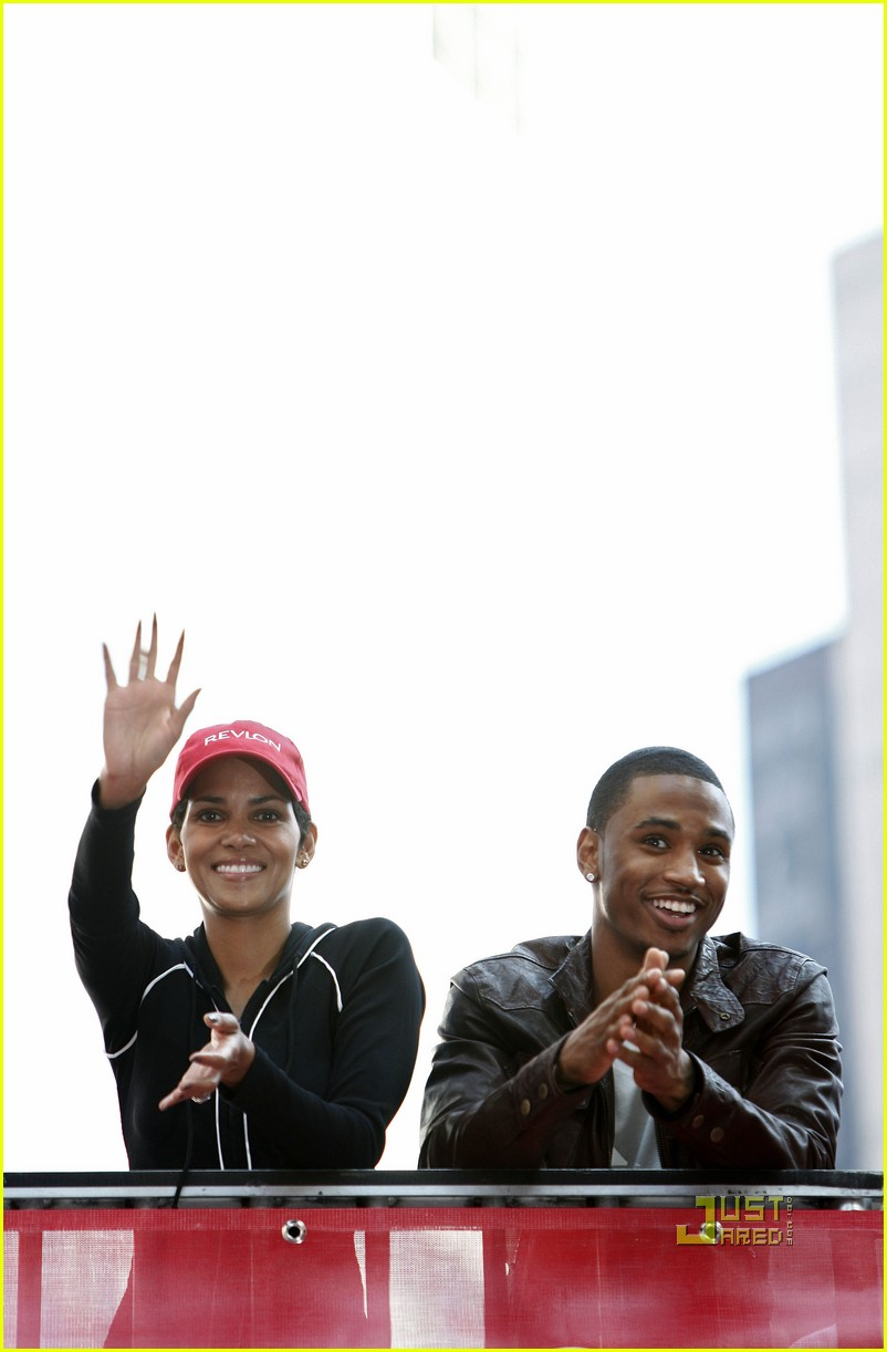 halle berry revlon walk run 03