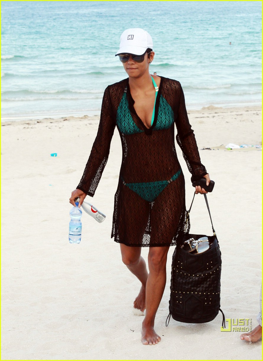 halle berry miami beach babe 01
