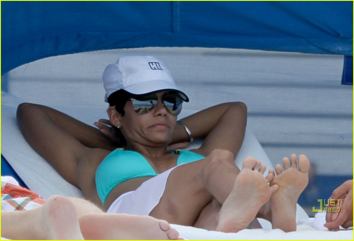 halle berry miami beach babe 03