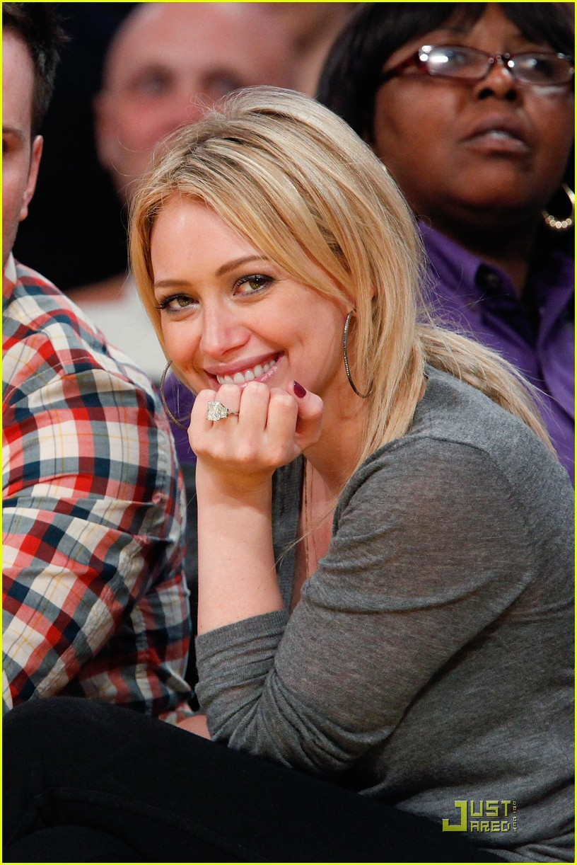 hilary duff mike comrie courtside couple 01