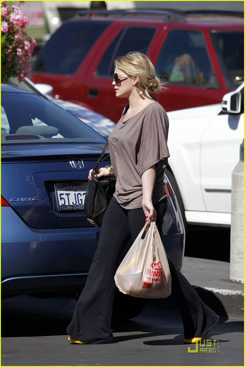 hilary duff mike comrie go grocery shopping 04