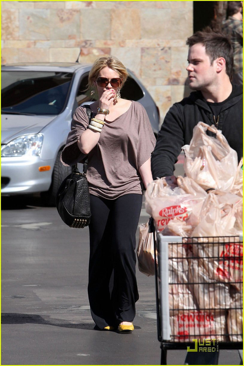hilary duff mike comrie go grocery shopping 07