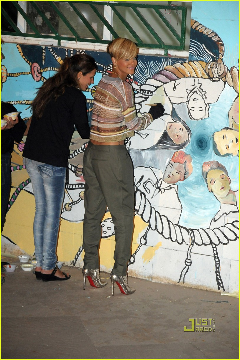rihanna paint community center 03