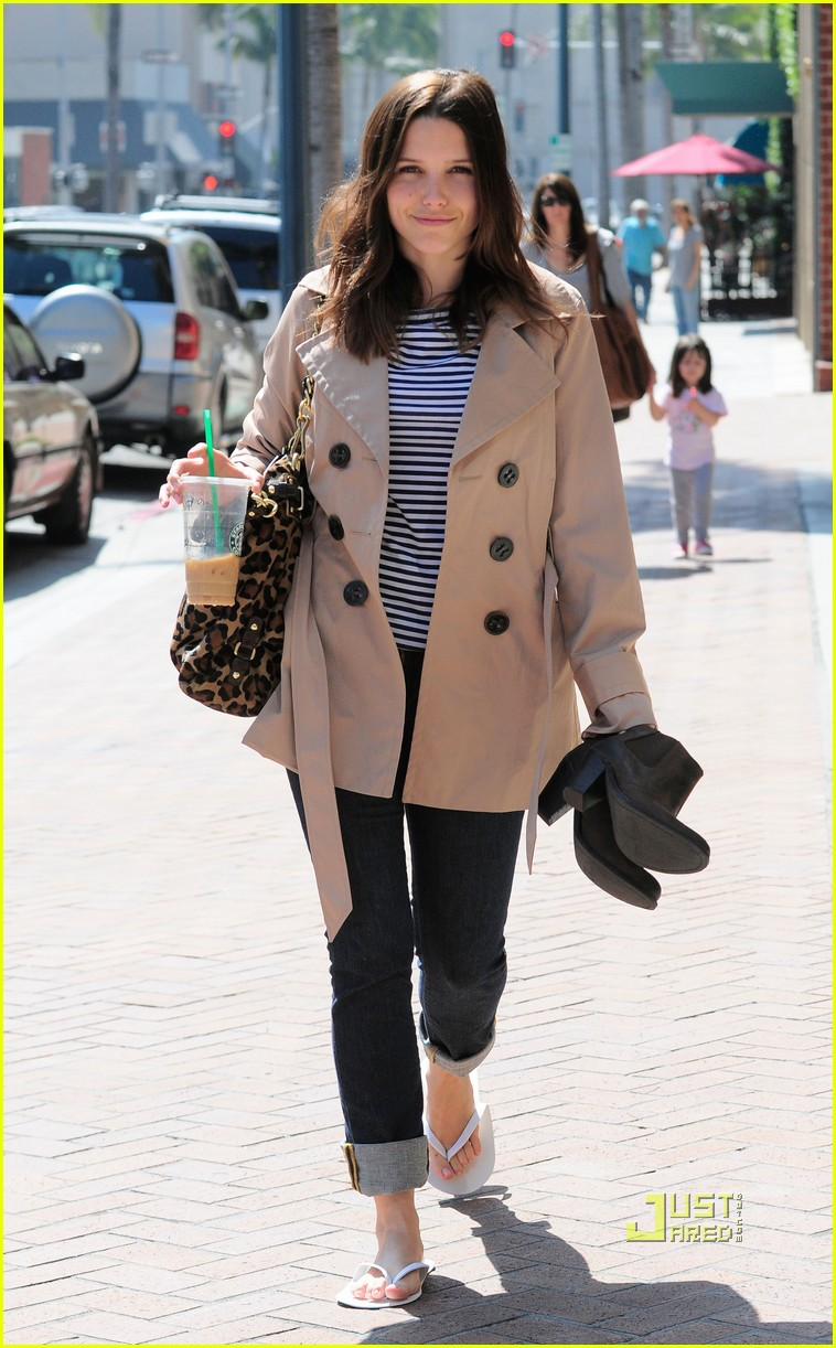 sophia bush trenchcoat nail salon 06