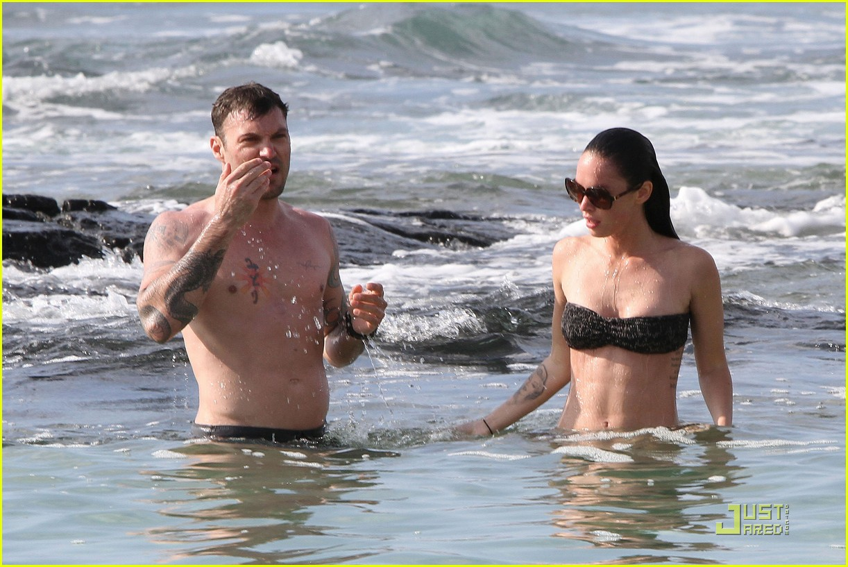 megan fox brian austin green kisses beach 082455619