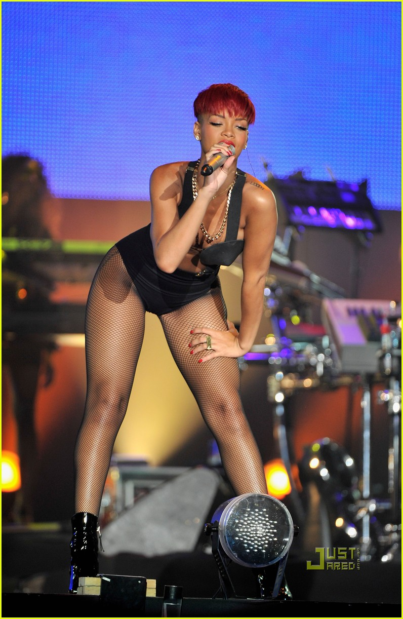 rihanna red hair 33