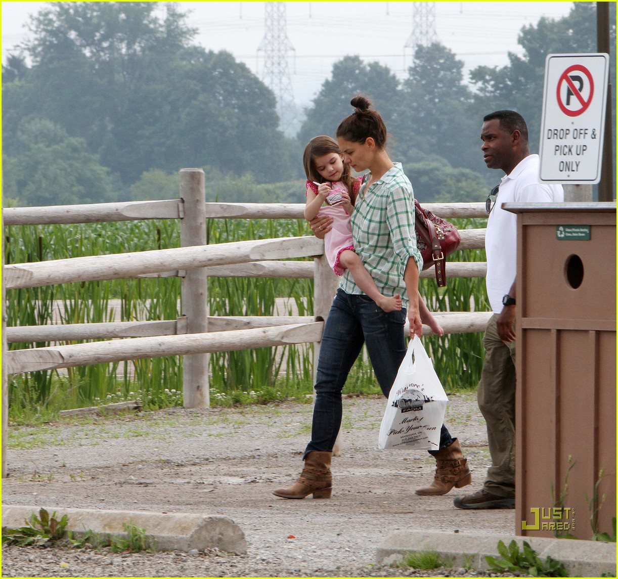 katie holmes suri cruise strawberry picking 03