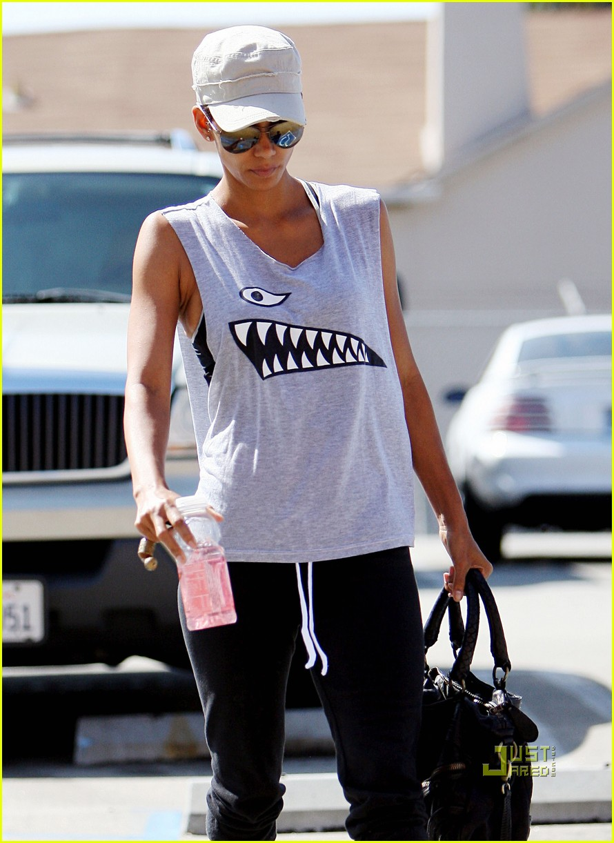 halle berry shark print tank gym 02