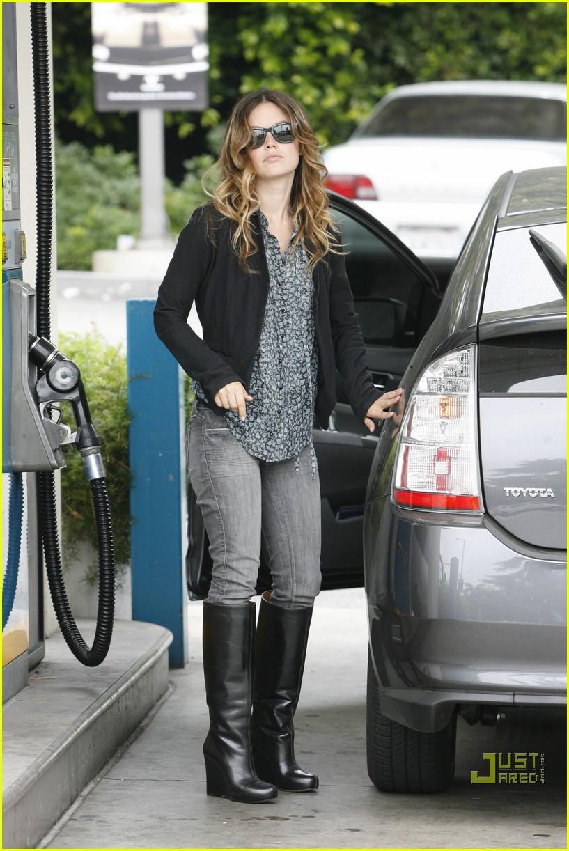 rachel bilson gas pumping princess 09