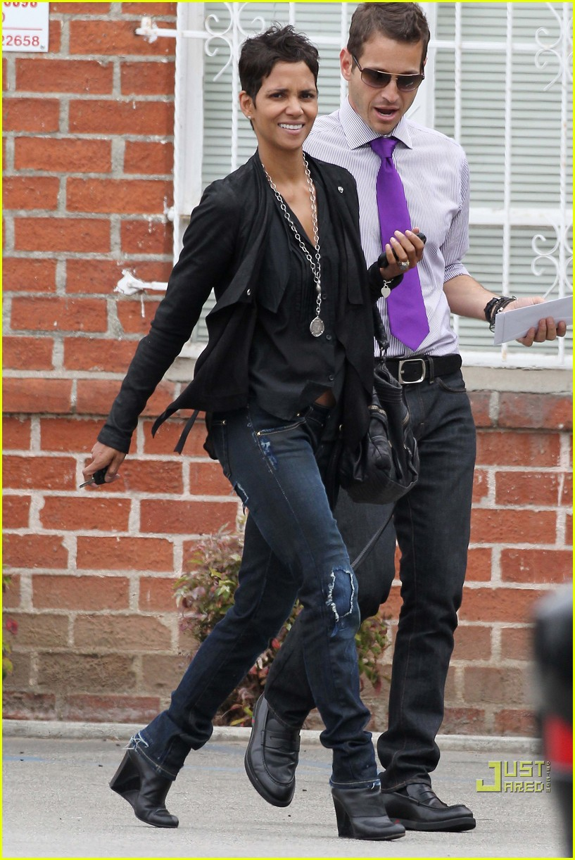 halle berry jets off jeans 112465213
