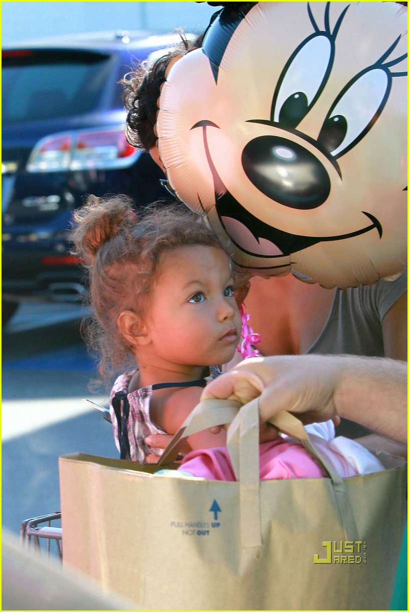 halle berry nahla grocery story minnie mouse balloon 02