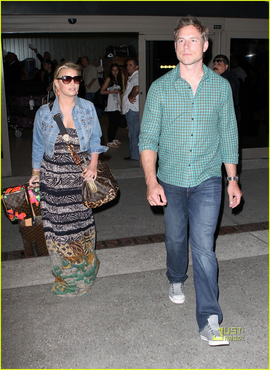 jessica simpson eric johnson home from italy 10