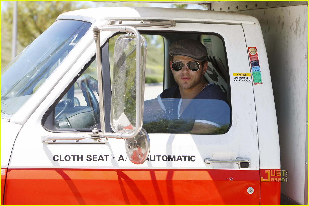 kellan lutz uhaul truck dog walking 01