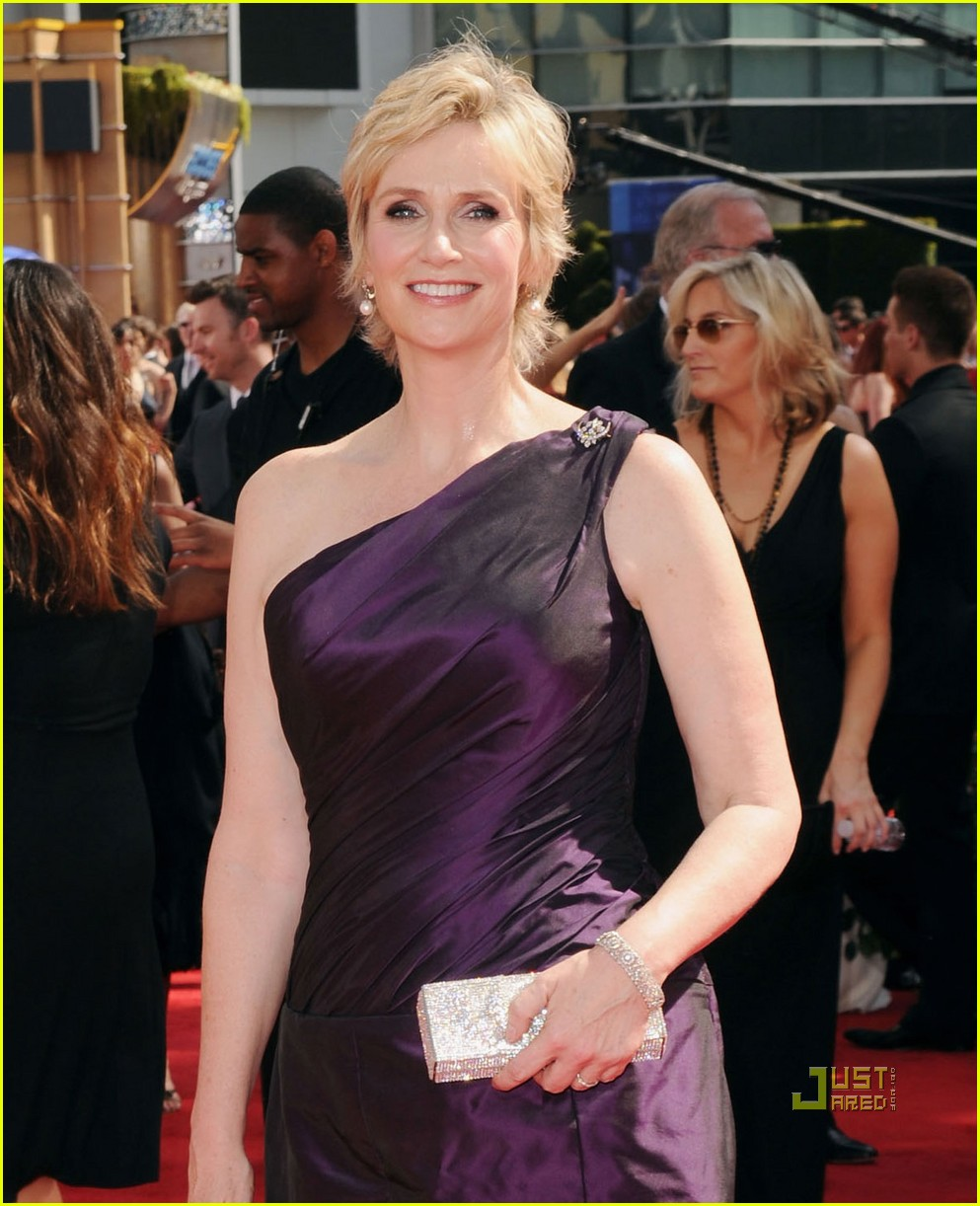 jane lynch emmys 2010 red carpet 04