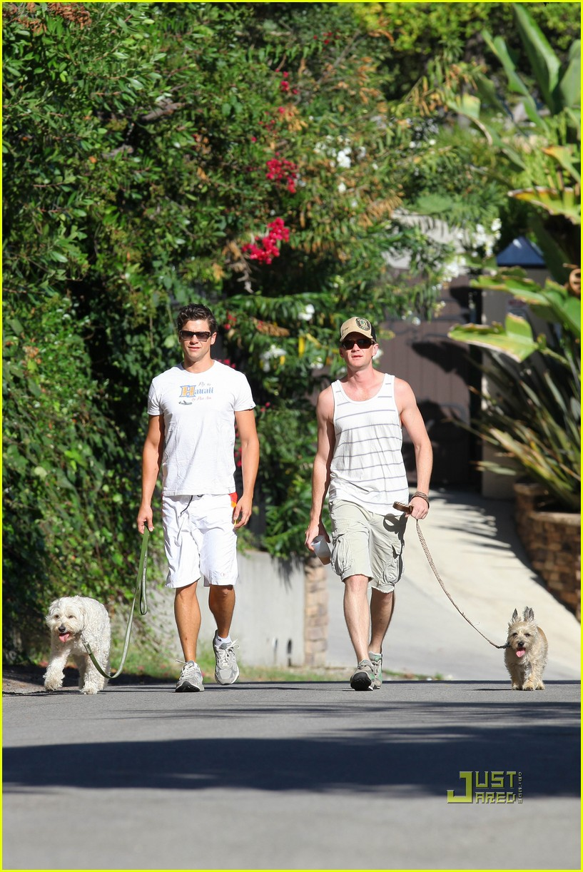neil patrick harris david burtka dogwalking 01