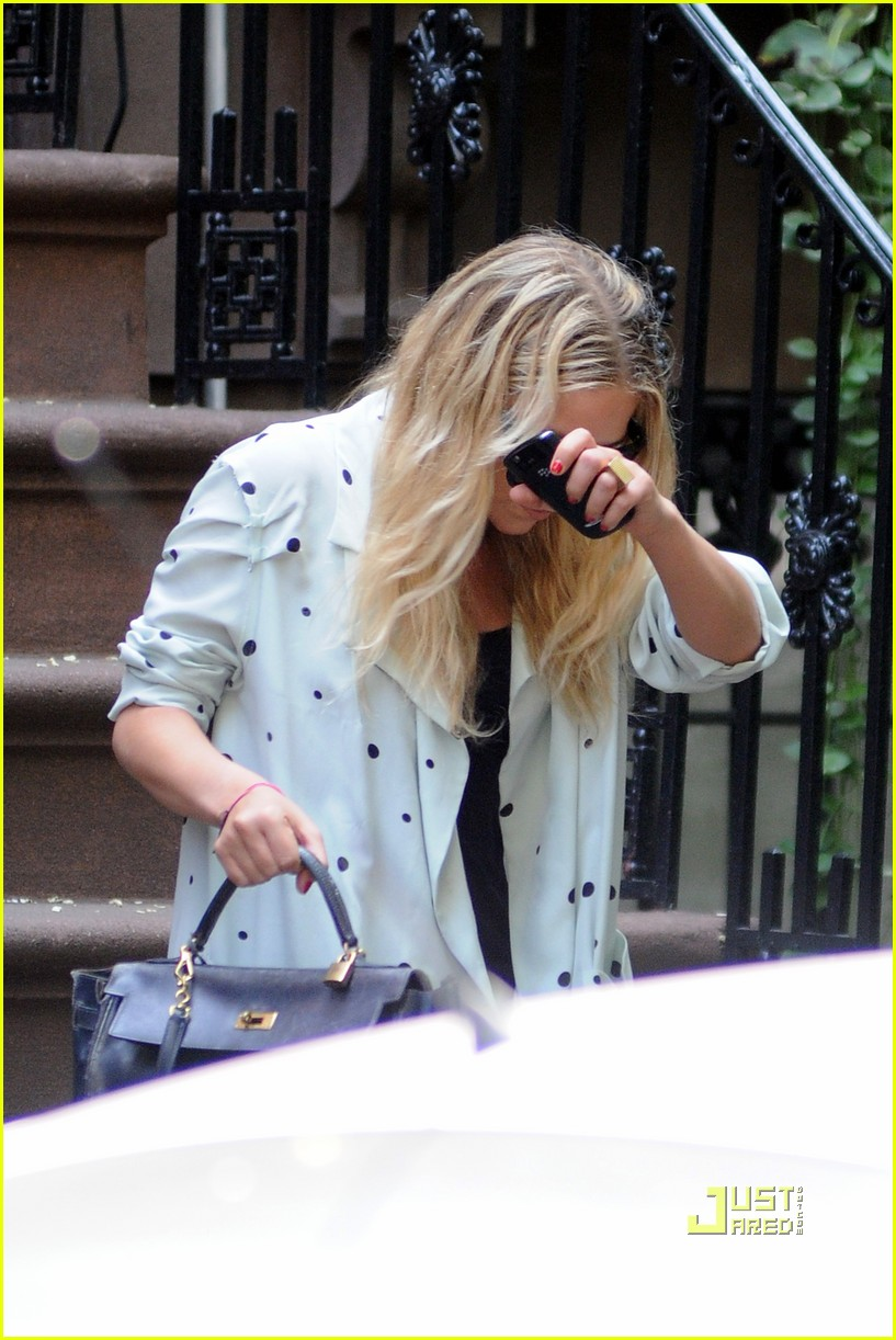ashley olsen hides her face 01