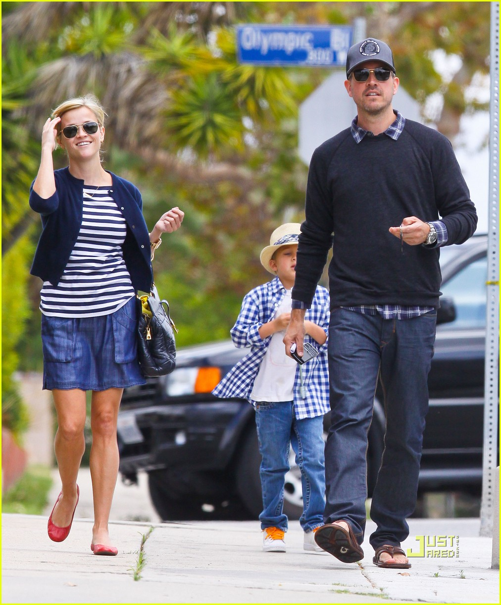 Full Sized Photo of reese witherspoon deacon ava jim toth ... Reese Witherspoon
