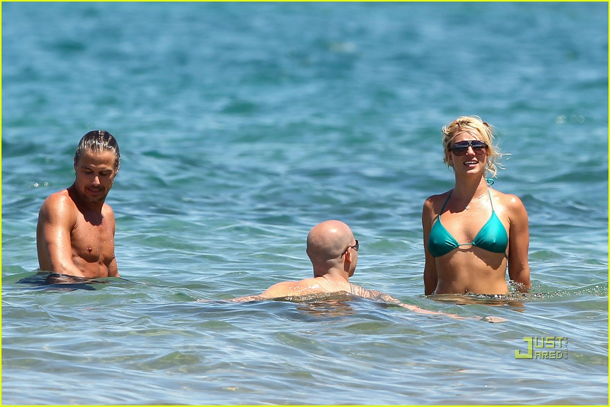 britney spears bright green bikini maui jason trawick kiss 01