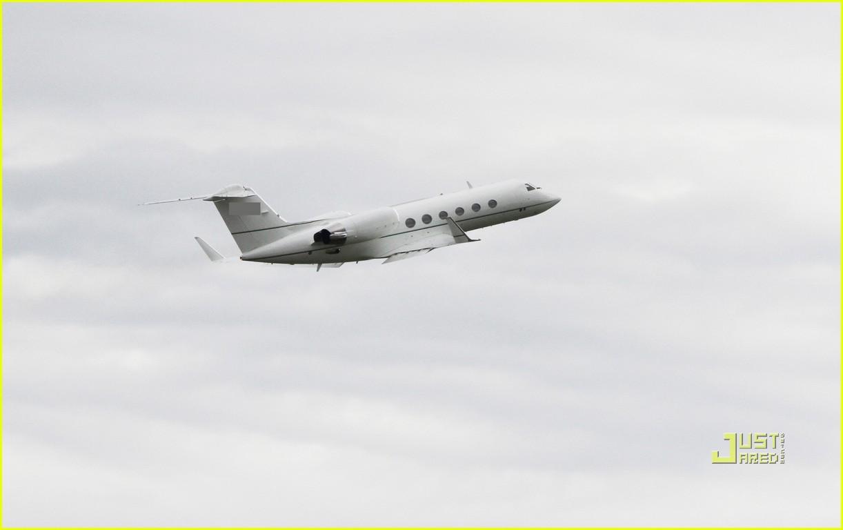 katie holmes private jet 03