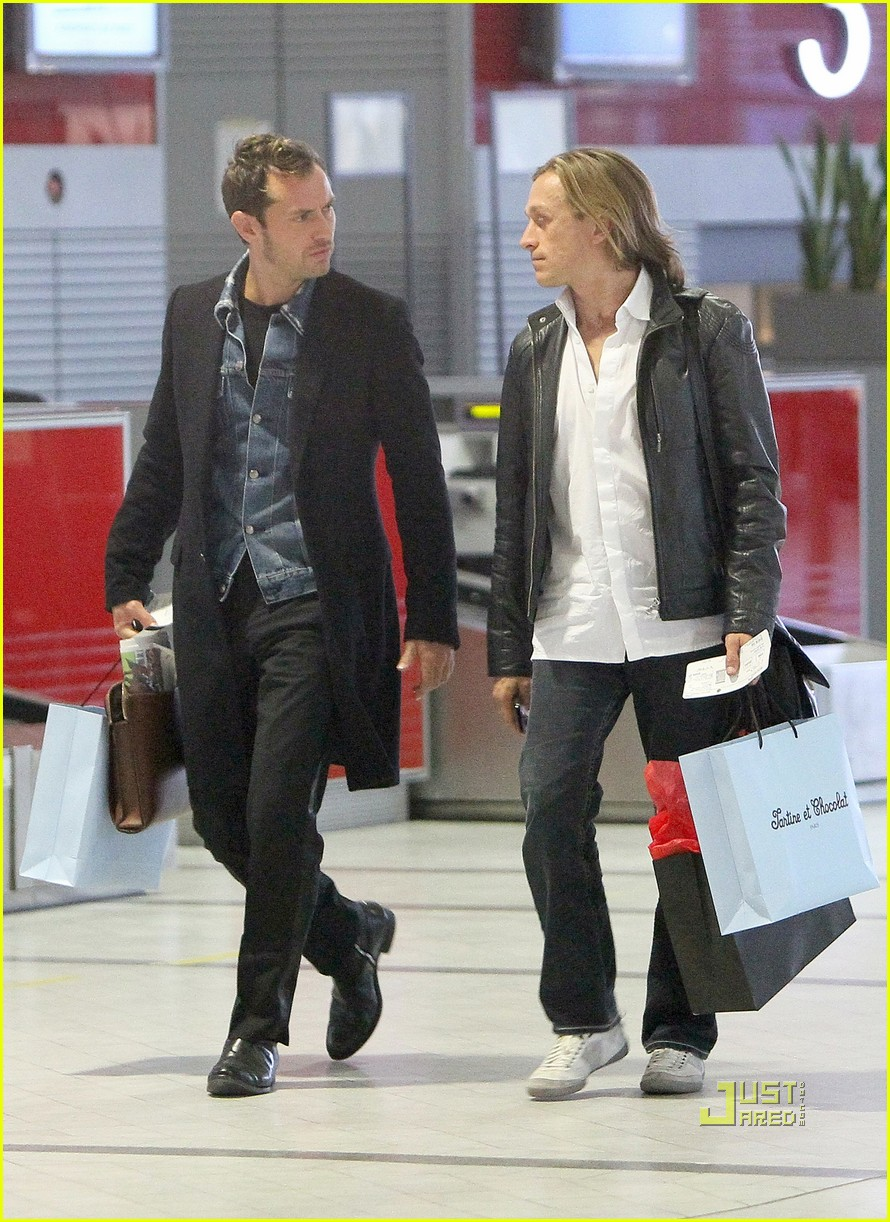 jude law roissy airport paris 022480531