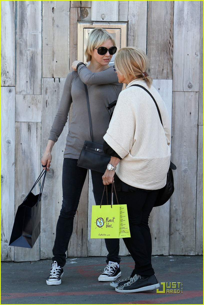 renee zellweger shops with bradley coopers mom 01