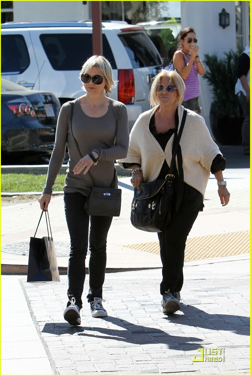 renee zellweger shops with bradley coopers mom 11