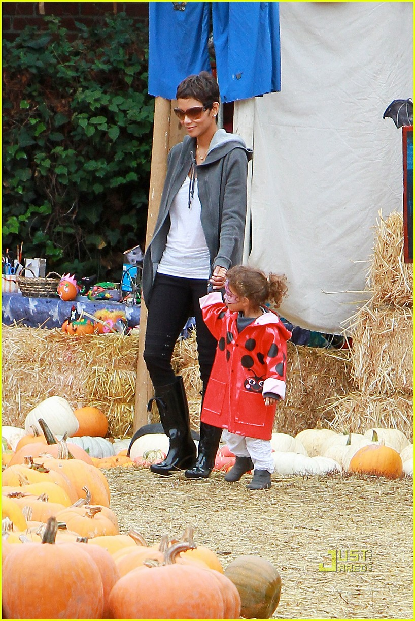 halle berry nahla pumpkin patch 082489224