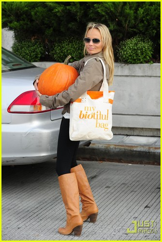 kristin chenoweth petite pumpkin picker 02