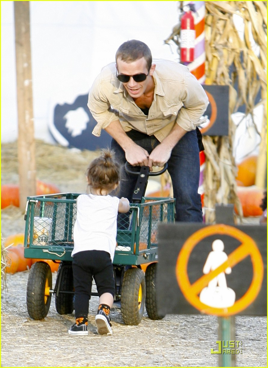 cam gigandet visits a pumpkin patch 01