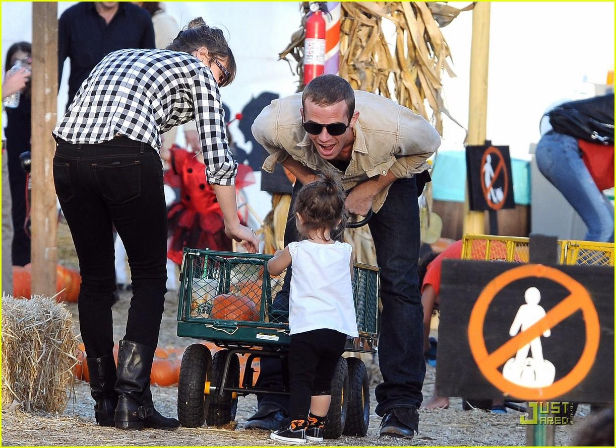 cam gigandet visits a pumpkin patch 14