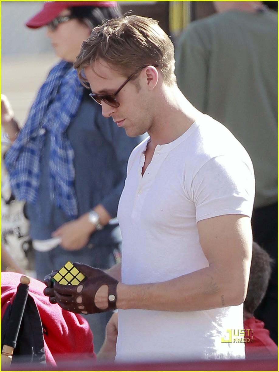 Driving gloves like ryan gosling - Ryan Gosling Rubik S Cube Break Photo 2491120 Ryan Gosling Pictures Just Jared