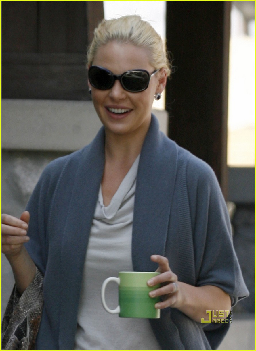katherine heigl takes her coffee to go 01