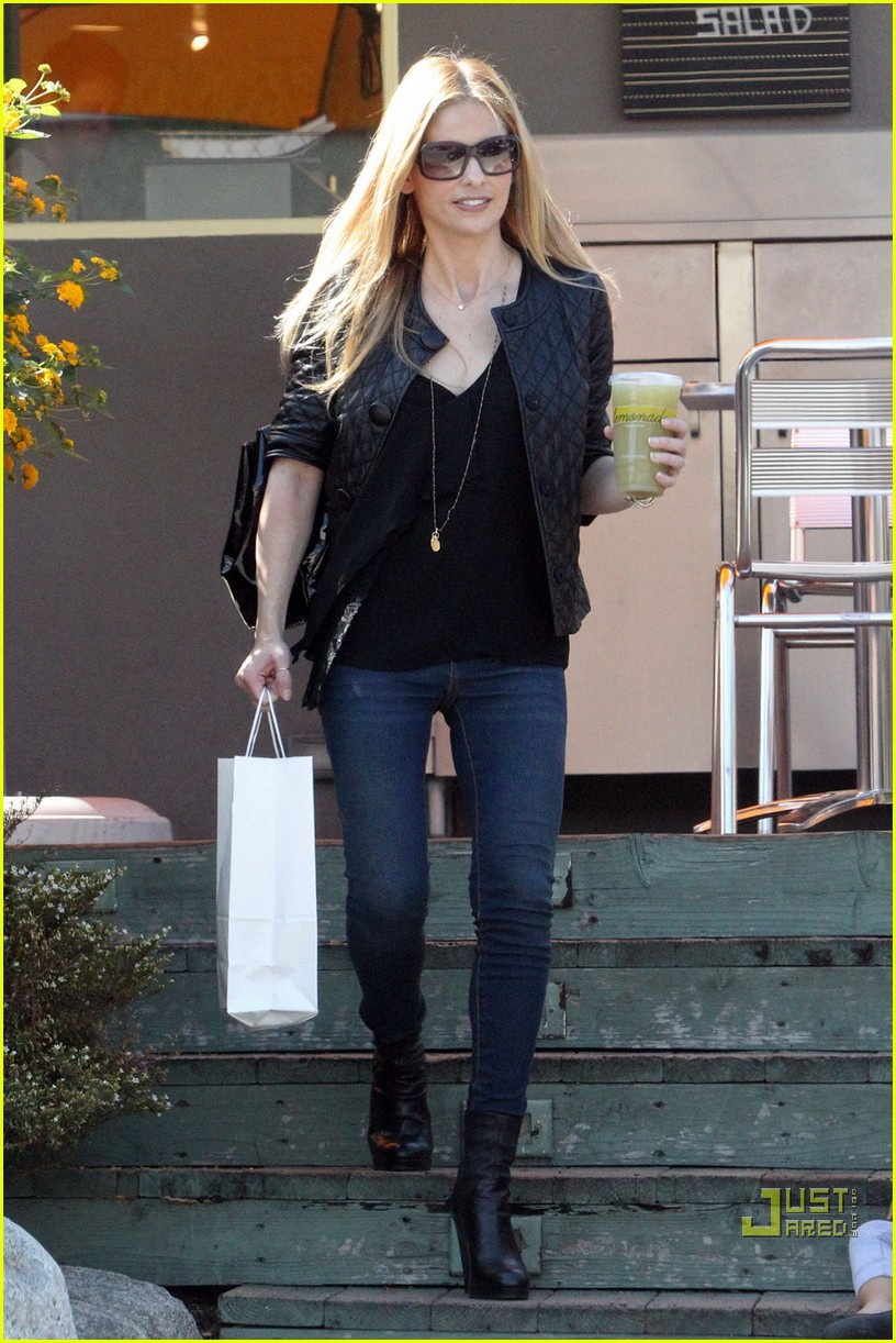 sarah michelle gellar lemonade lady 052486114